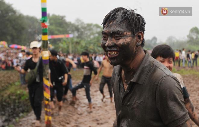 Ảnh, clip: Cảnh tượng hỗn loạn trên bùn lầy khi hàng trăm thanh niên giẫm đạp để cướp phết Hiền Quan - Ảnh 13.