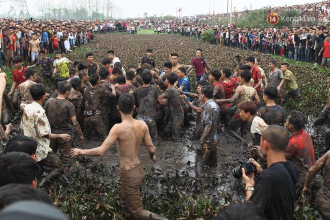 Ảnh, clip: Cảnh tượng hỗn loạn trên bùn lầy khi hàng trăm thanh niên giẫm đạp để cướp phết Hiền Quan - Ảnh 12.