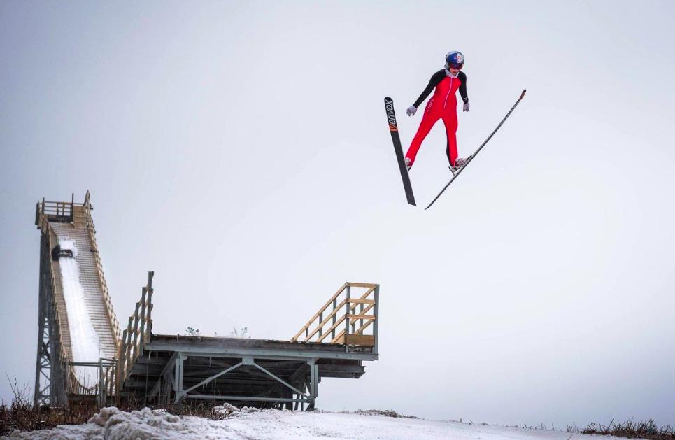 Vì sao vận động viên trượt tuyết có thể bay xa và cao đến thế mà vẫn không hề hấn gì? - Ảnh 4.
