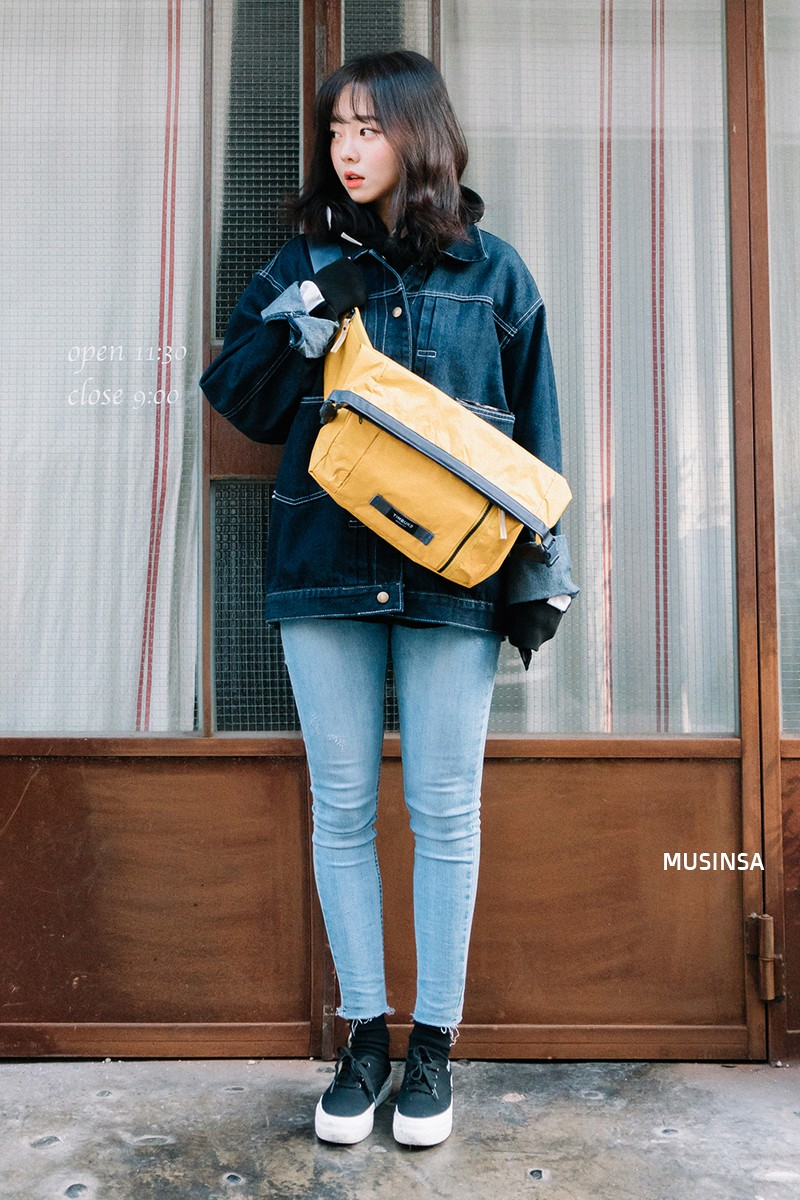 Street style giới trẻ Hàn tuần qua: không có lấy một set đồ bánh bèo, cô nàng nào cũng ăn vận siêu cool - Ảnh 1.