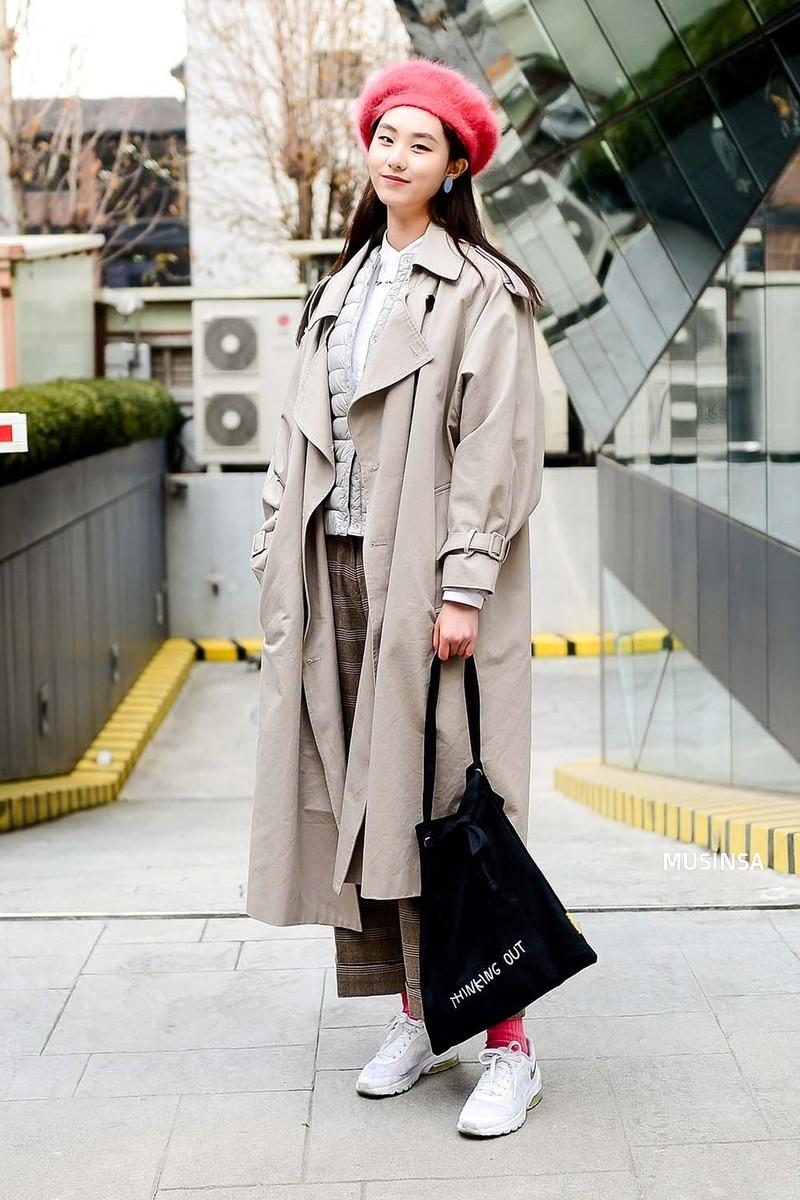 Street style giới trẻ Hàn tuần qua: không có lấy một set đồ bánh bèo, cô nàng nào cũng ăn vận siêu cool - Ảnh 2.