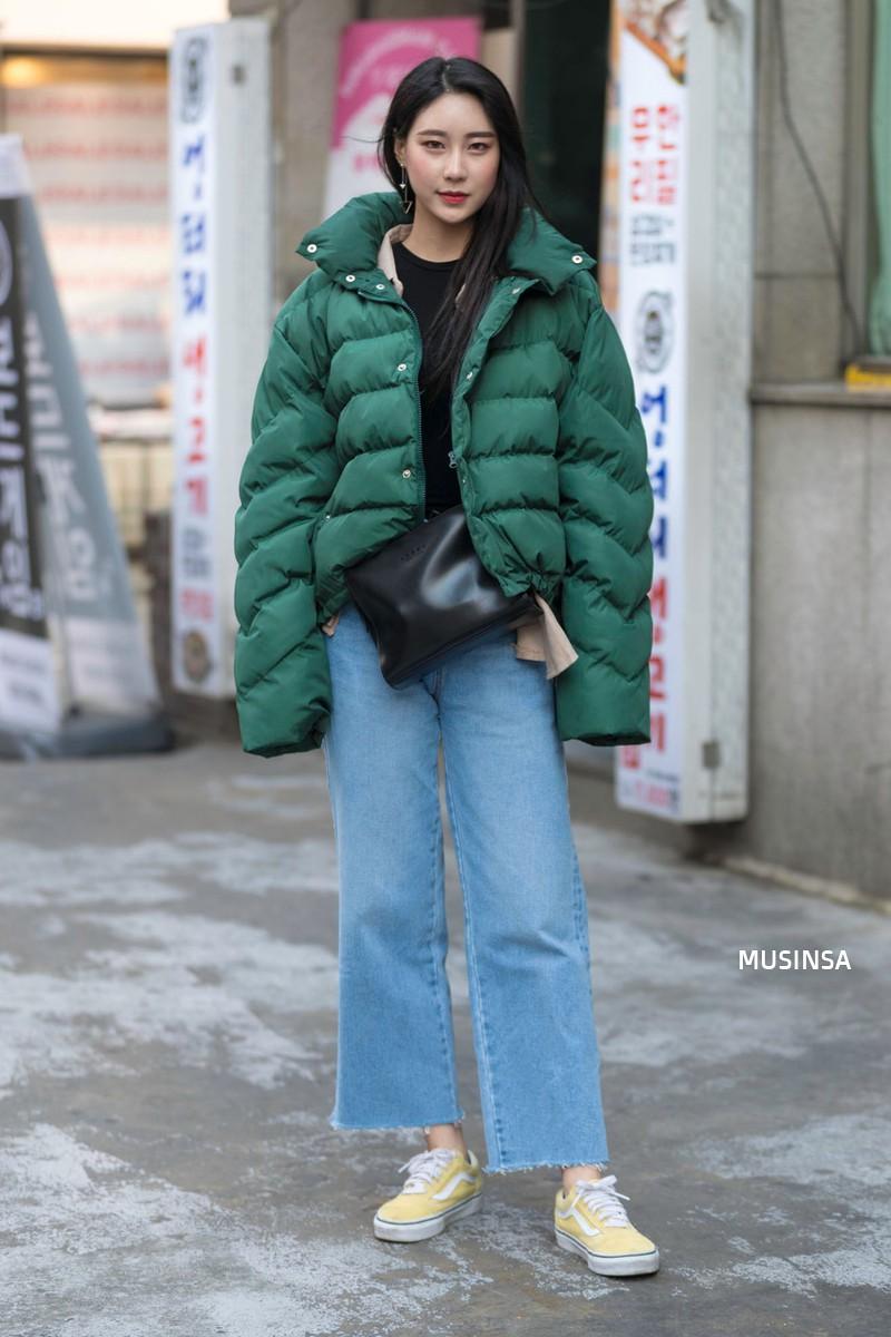 Street style giới trẻ Hàn tuần qua: không có lấy một set đồ bánh bèo, cô nàng nào cũng ăn vận siêu cool - Ảnh 3.