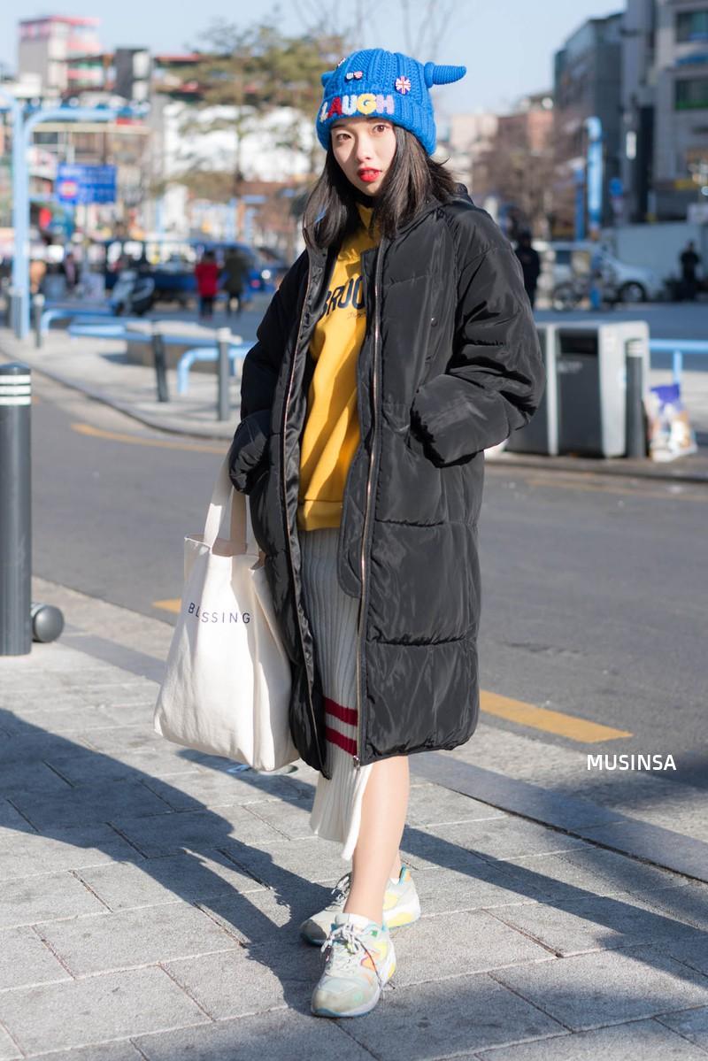 Street style giới trẻ Hàn tuần qua: không có lấy một set đồ bánh bèo, cô nàng nào cũng ăn vận siêu cool - Ảnh 4.