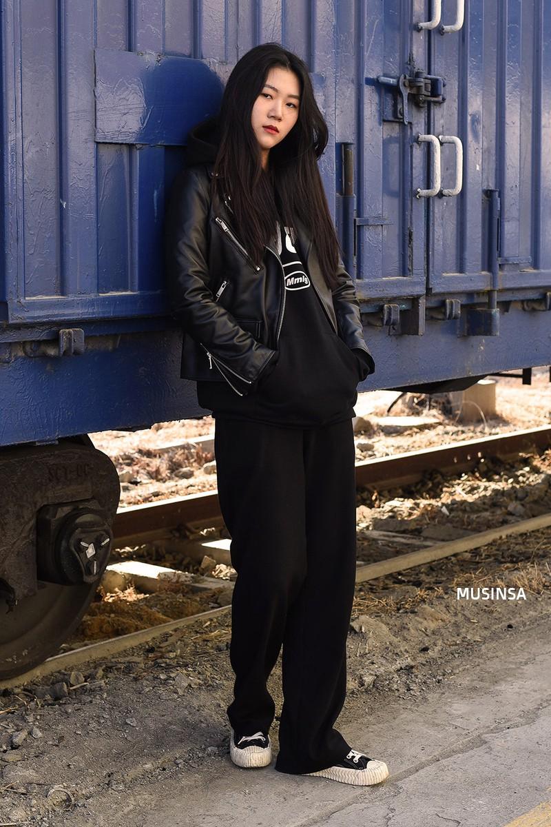 Street style giới trẻ Hàn tuần qua: không có lấy một set đồ bánh bèo, cô nàng nào cũng ăn vận siêu cool - Ảnh 6.