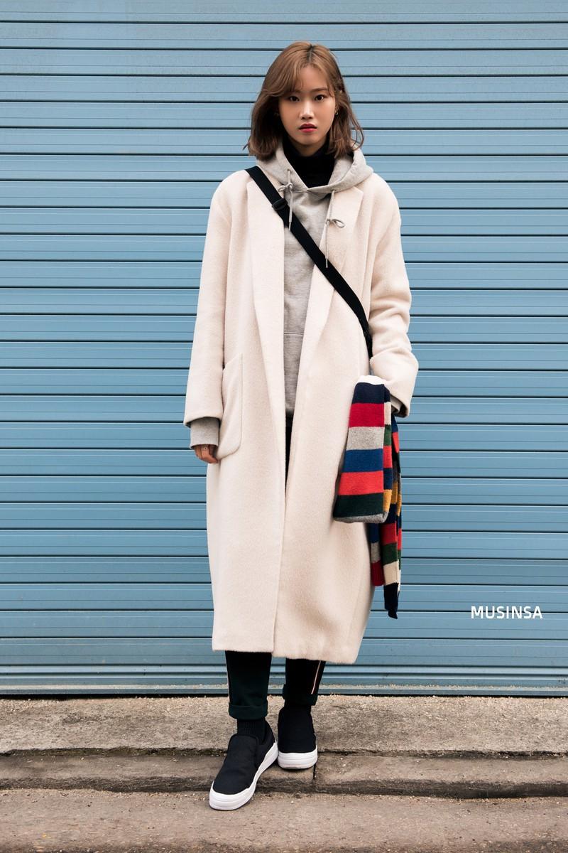 Street style giới trẻ Hàn tuần qua: không có lấy một set đồ bánh bèo, cô nàng nào cũng ăn vận siêu cool - Ảnh 7.