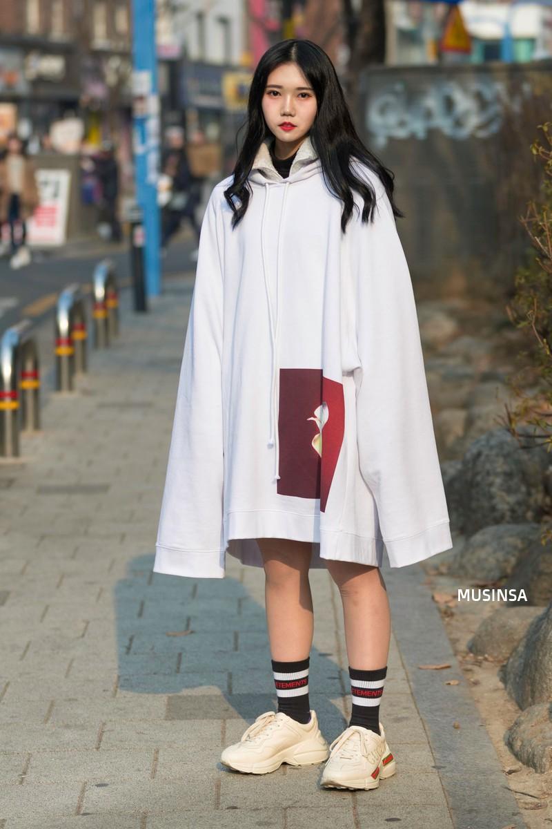 Street style giới trẻ Hàn tuần qua: không có lấy một set đồ bánh bèo, cô nàng nào cũng ăn vận siêu cool - Ảnh 8.