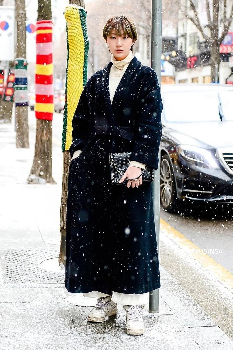 Street style giới trẻ Hàn tuần qua: không có lấy một set đồ bánh bèo, cô nàng nào cũng ăn vận siêu cool - Ảnh 11.