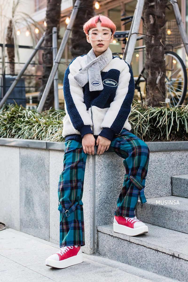 Street style giới trẻ Hàn tuần qua: không có lấy một set đồ bánh bèo, cô nàng nào cũng ăn vận siêu cool - Ảnh 12.