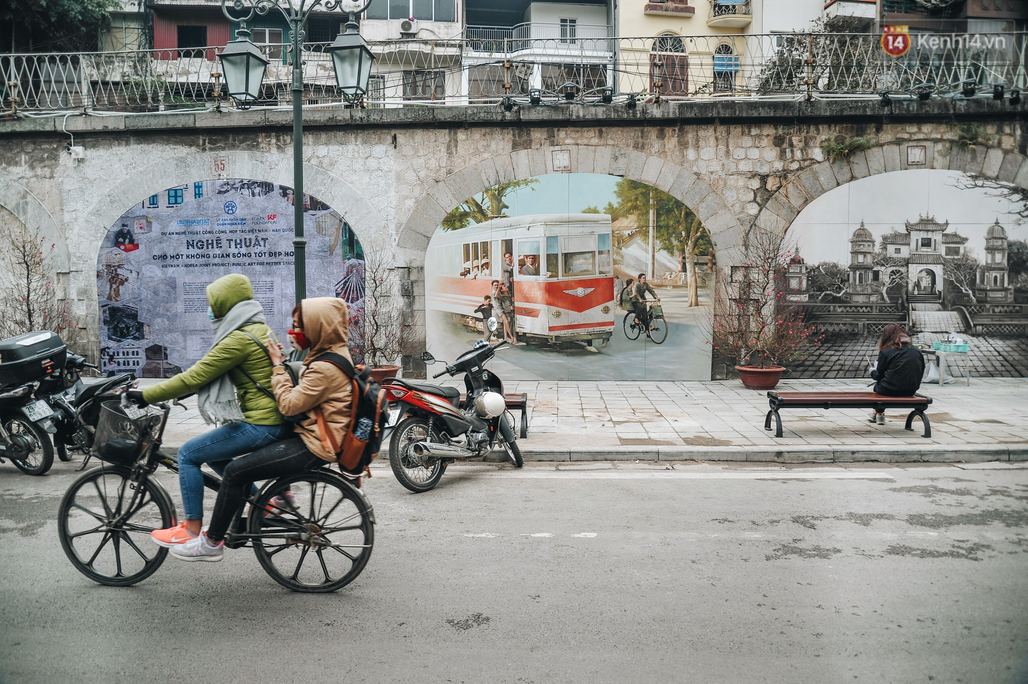 Phố bích họa Phùng Hưng hồi sinh, trở thành phố đi bộ kết nối với không gian chợ Đồng Xuân - Ảnh 1.