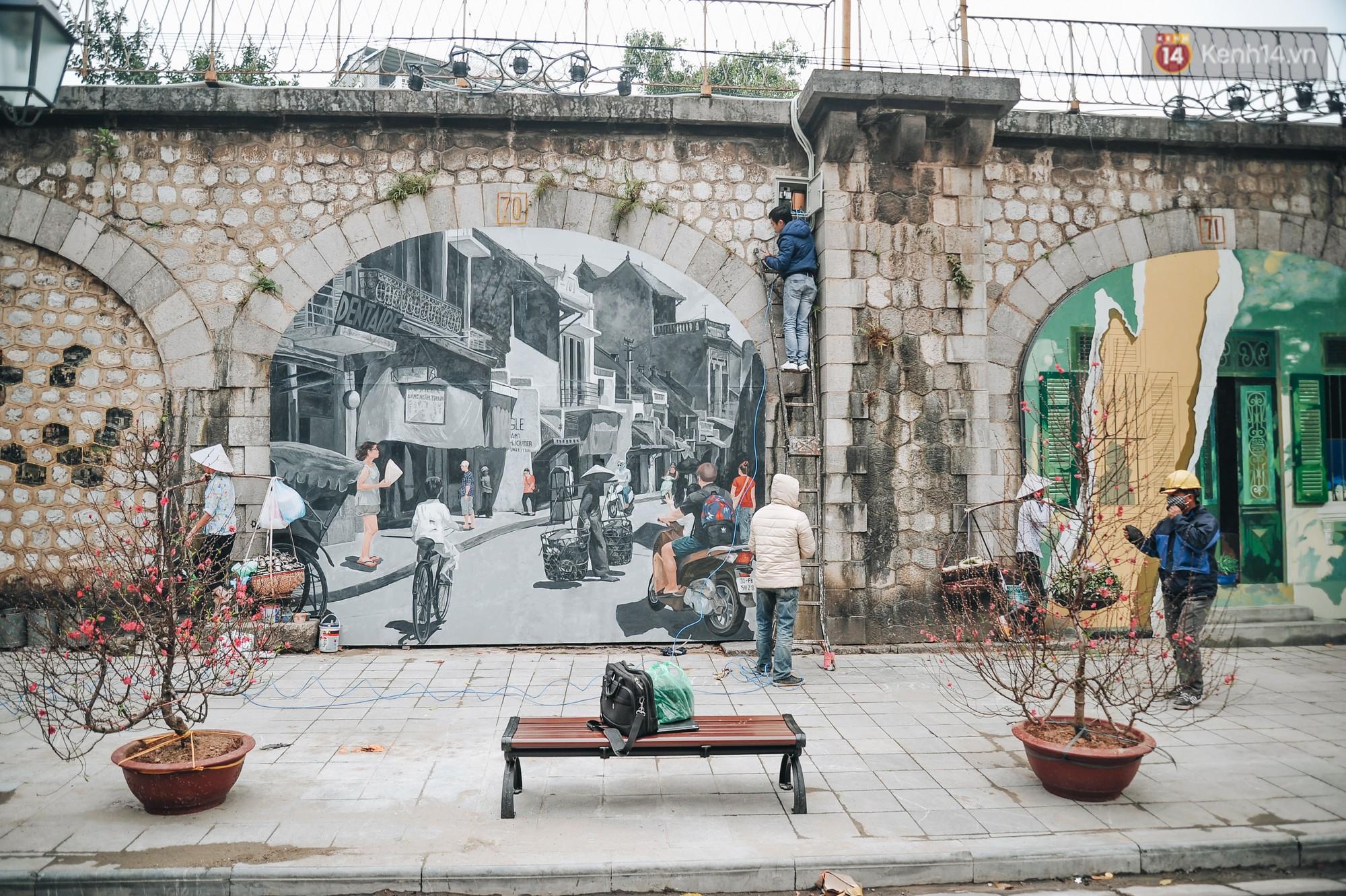 Phố bích họa Phùng Hưng hồi sinh, trở thành phố đi bộ kết nối với không gian chợ Đồng Xuân - Ảnh 2.