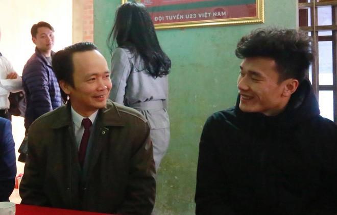 Ông Trịnh Văn Quyết và thủ môn Bùi Tiến Dũng.