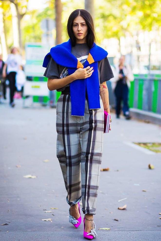 Áo len giờ còn được biến tấu thành khăn quàng hay buộc thành túi đeo chéo nhìn cực chất, bạn có dám thử? - Ảnh 11.