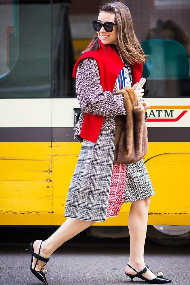 Áo len giờ còn được biến tấu thành khăn quàng hay buộc thành túi đeo chéo nhìn cực chất, bạn có dám thử? - Ảnh 15.