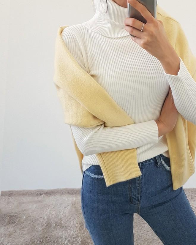 Áo len giờ còn được biến tấu thành khăn quàng hay buộc thành túi đeo chéo nhìn cực chất, bạn có dám thử? - Ảnh 3.