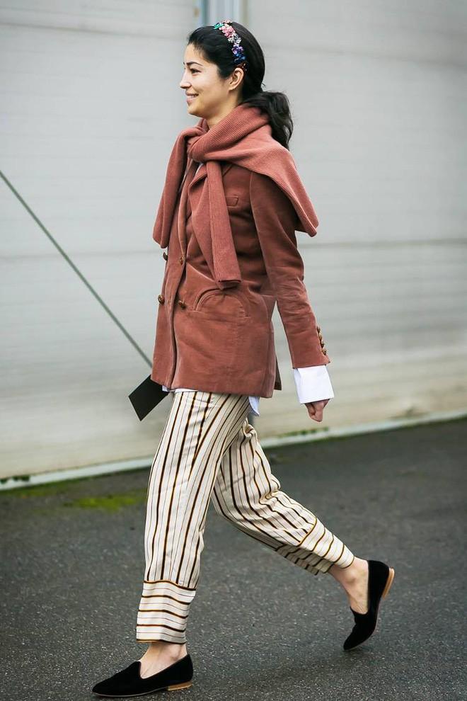 Áo len giờ còn được biến tấu thành khăn quàng hay buộc thành túi đeo chéo nhìn cực chất, bạn có dám thử? - Ảnh 8.