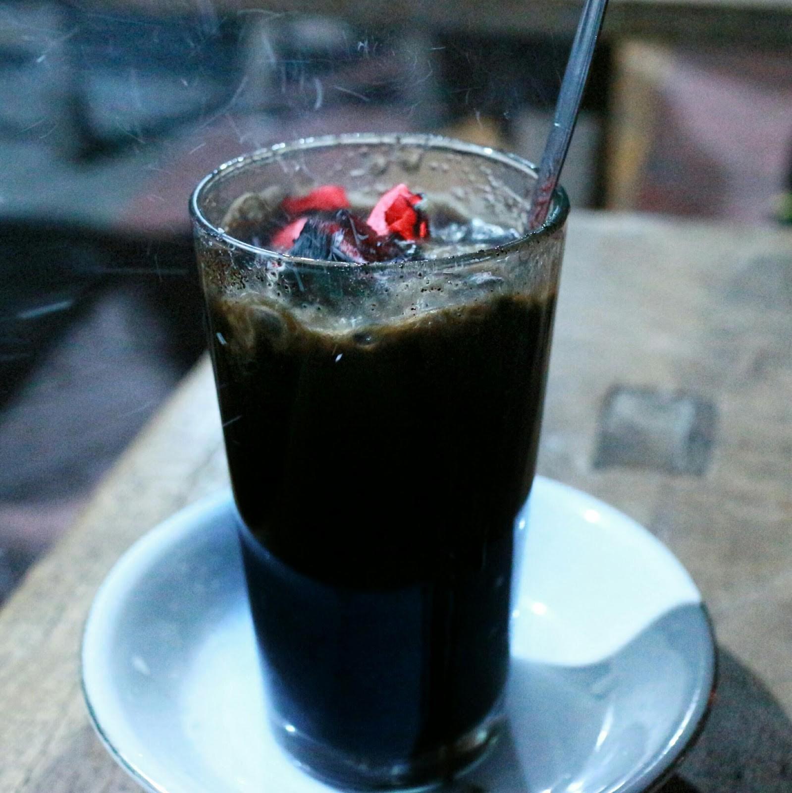 Cốc cà phê kèm một cục than nóng đỏ rực là thức uống độc nhất vô nhị tại Indonesia - Ảnh 1.