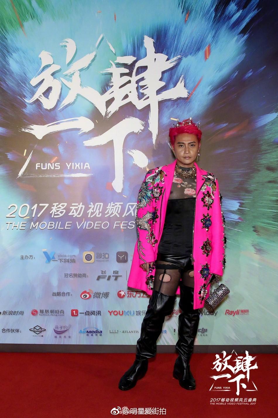 Đội vương miện, mặc áo xuyên thấu và tất lưới rách, Nhĩ Thái lại trở thành tâm điểm chú ý của netizen - Ảnh 6.