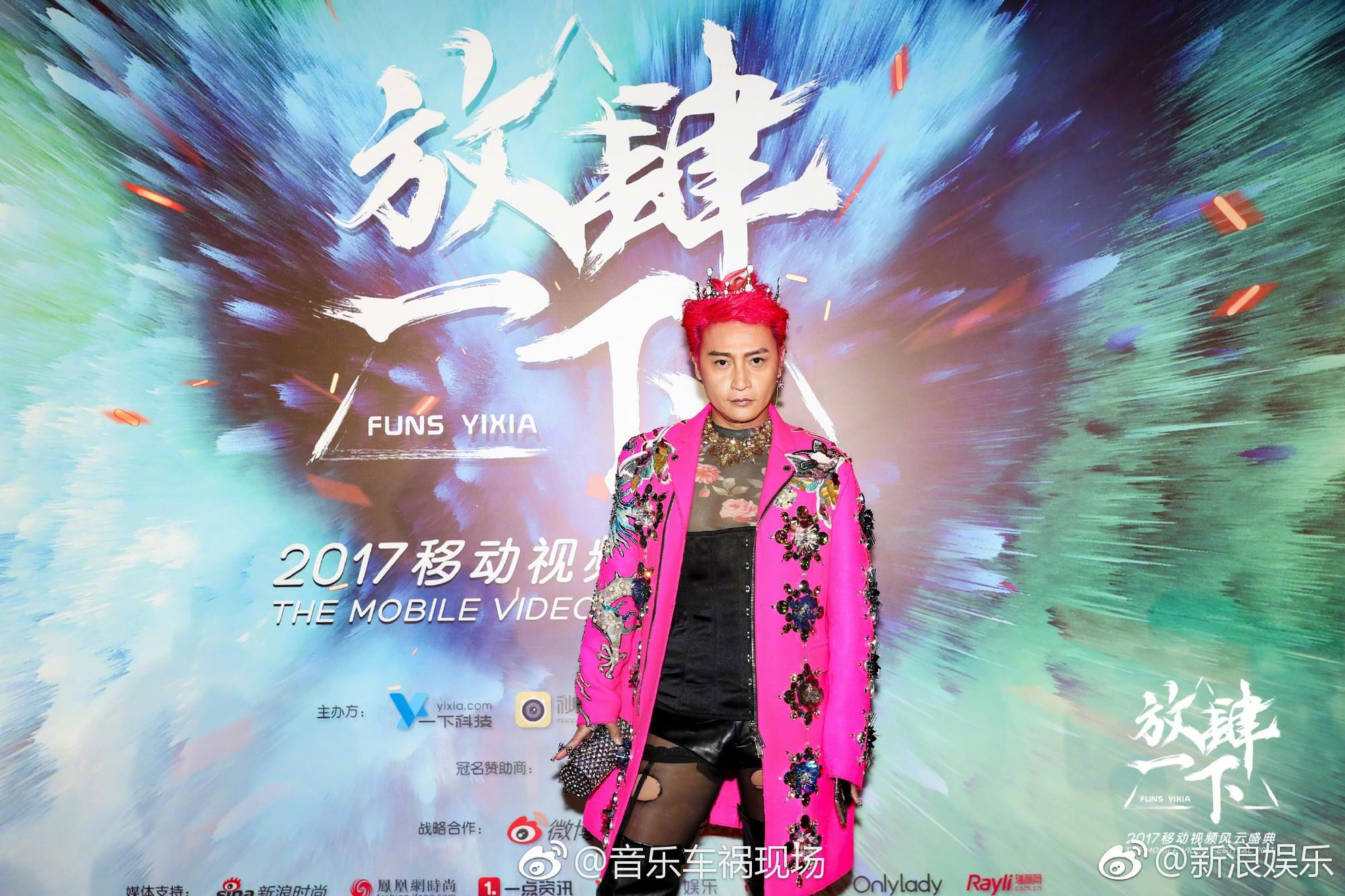 Đội vương miện, mặc áo xuyên thấu và tất lưới rách, Nhĩ Thái lại trở thành tâm điểm chú ý của netizen - Ảnh 7.