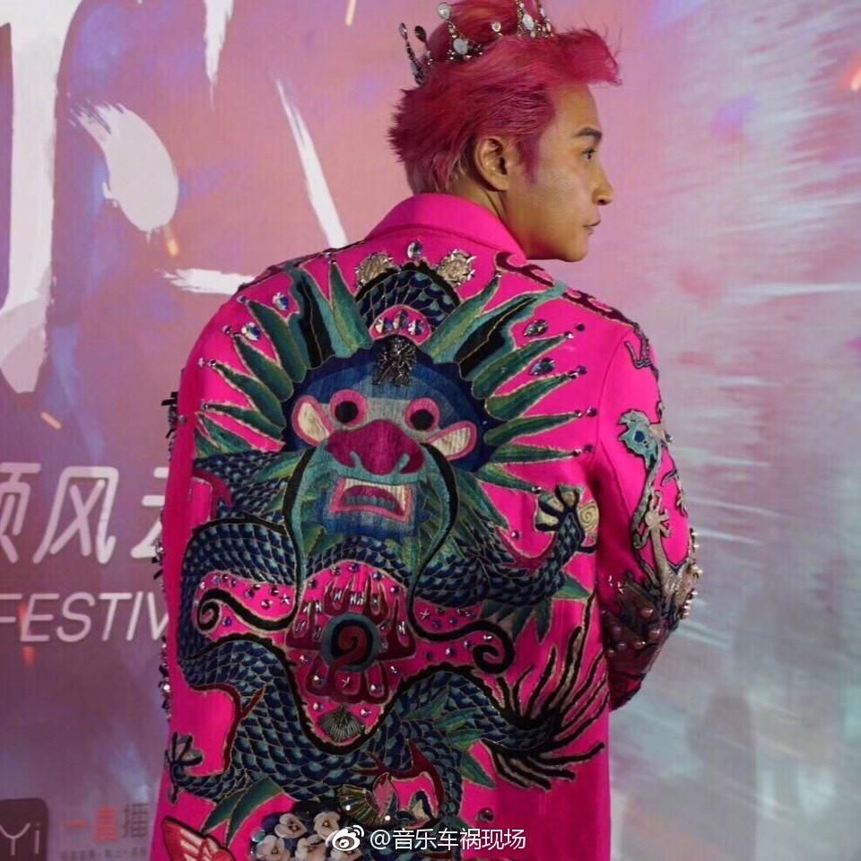 Nhĩ Thái Trần Chí Bằng tiếp tục làm lố với trang phục không ai hiểu nổi tại sự kiện