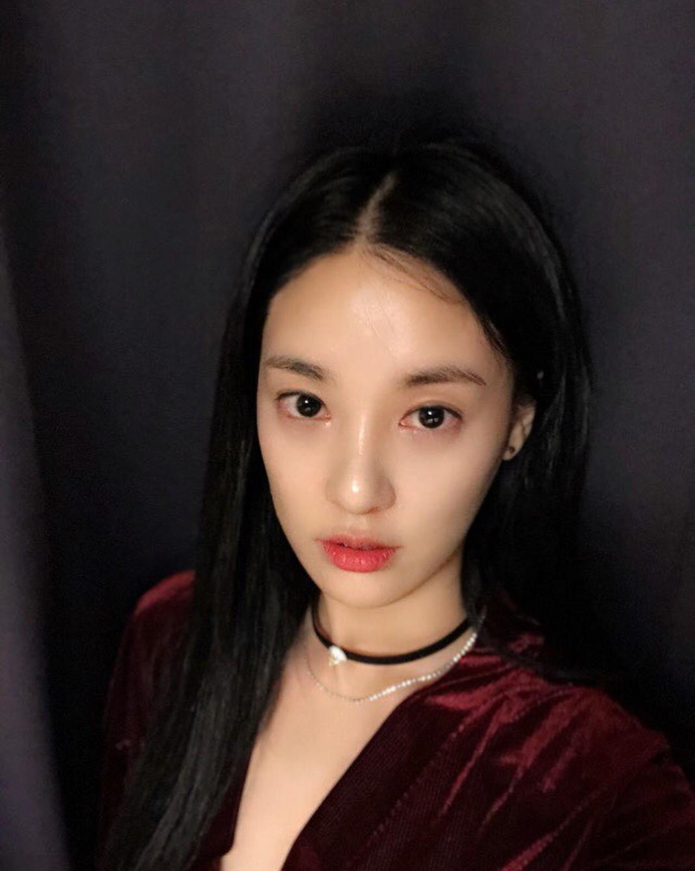 Sỡ hữu phong cách thời trang tối giản, bạn gái Dragon vẫn khiến fan thán phục trước nhan sắc rạng rỡ