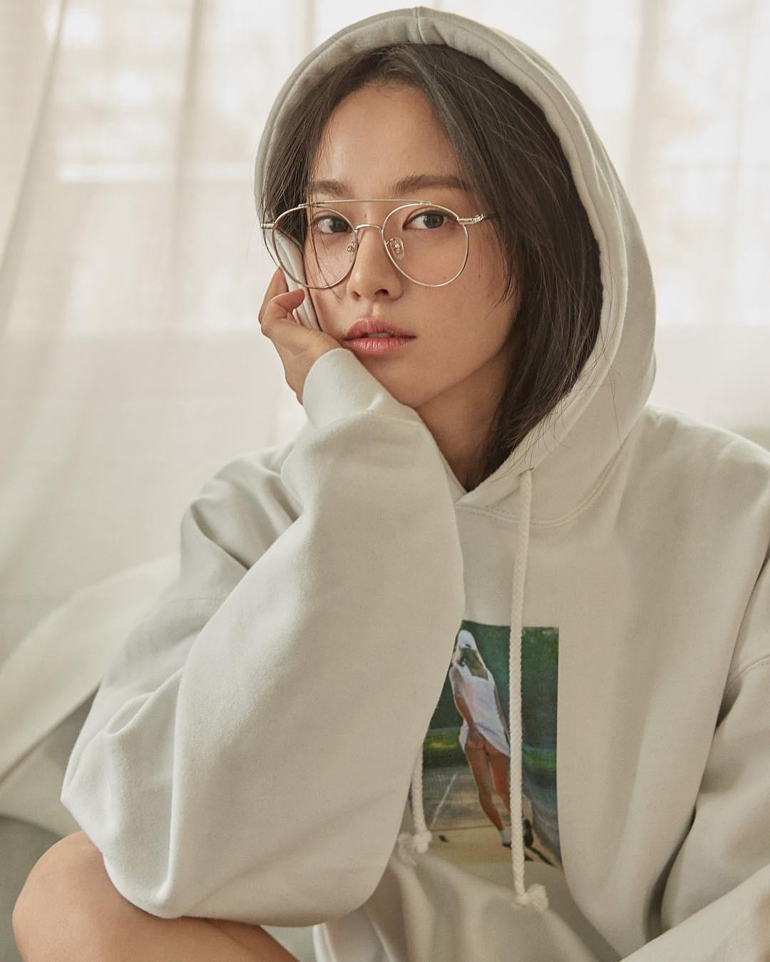 Chỉ làm tóc và trang điểm đơn giản, Lee Joo Yeon vẫn đủ xinh để khiến G-Dragon mê đắm - Ảnh 2.