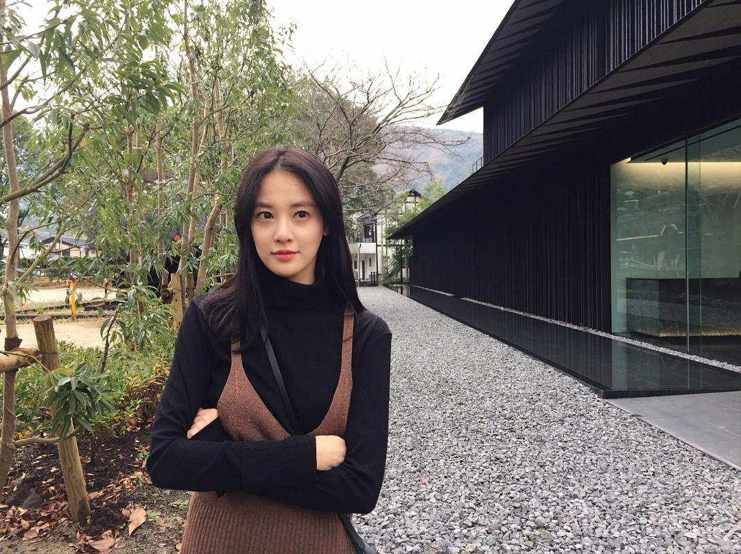 Chỉ làm tóc và trang điểm đơn giản, Lee Joo Yeon vẫn đủ xinh để khiến G-Dragon mê đắm - Ảnh 3.