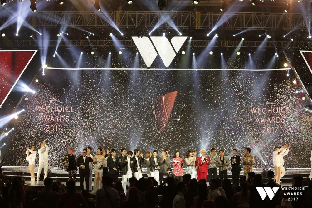 Uni5 cùng các ca sĩ làm mới ca khúc Trái tim vàng son tại Gala Awards 2017