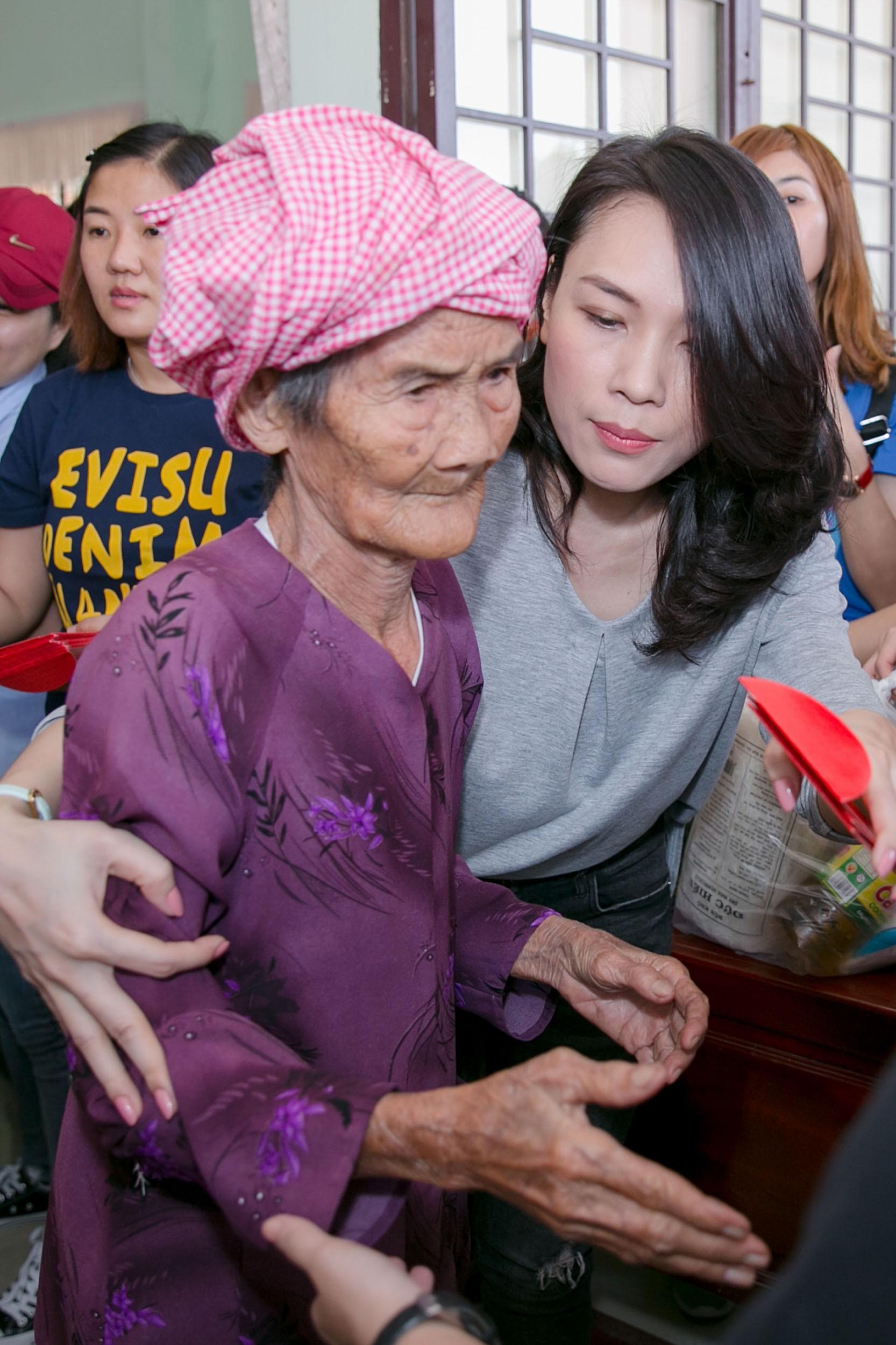 Giữ đúng lời hứa, Mỹ Tâm dành tiền bán đĩa Tâm 9 làm từ thiện, ân cần thăm hỏi, hát tặng bà con ở Long An - Ảnh 10.