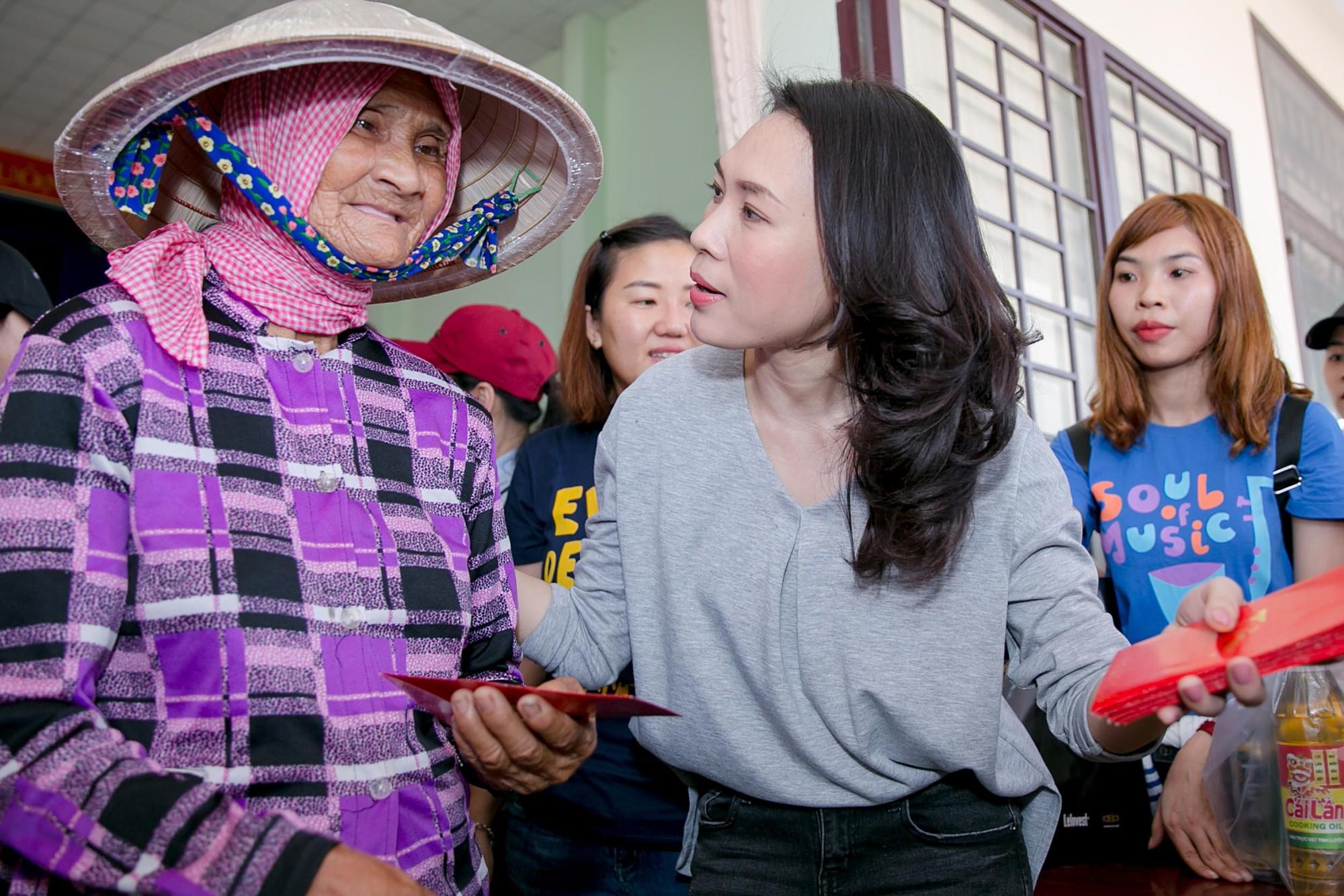 Giữ đúng lời hứa, Mỹ Tâm dành tiền bán đĩa Tâm 9 làm từ thiện, ân cần thăm hỏi, hát tặng bà con ở Long An - Ảnh 8.