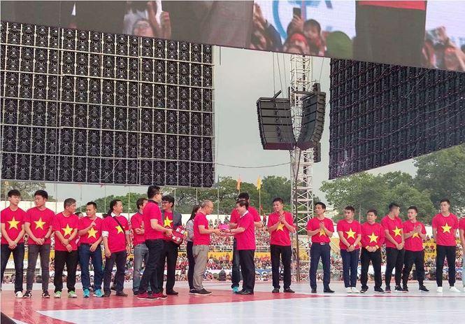 Những bóng hồng bùng cháy cùng cầu thủ U23 Việt Nam - Ảnh 2.
