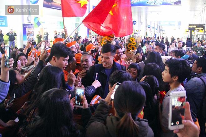 Người dân mang cờ hoa, lái xe tải đến sân bay Đà Nẵng chờ hàng giờ để đón các tuyển thủ U23 Việt Nam - Ảnh 9.