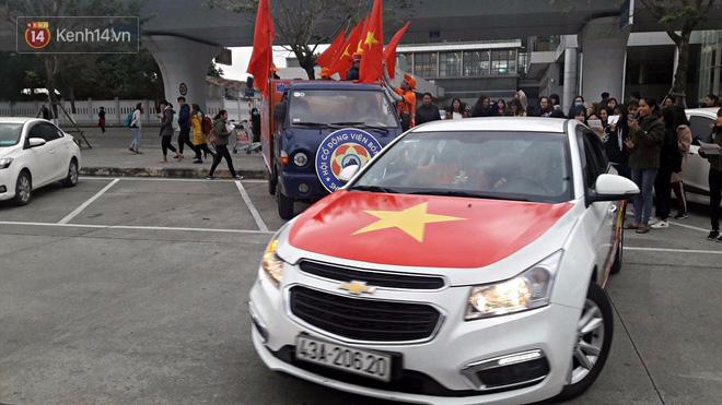 Người dân mang cờ hoa, lái xe tải đến sân bay Đà Nẵng chờ hàng giờ để đón các tuyển thủ U23 Việt Nam - Ảnh 7.