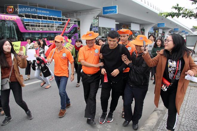 Người dân mang cờ hoa, lái xe tải đến sân bay Đà Nẵng chờ hàng giờ để đón các tuyển thủ U23 Việt Nam - Ảnh 14.