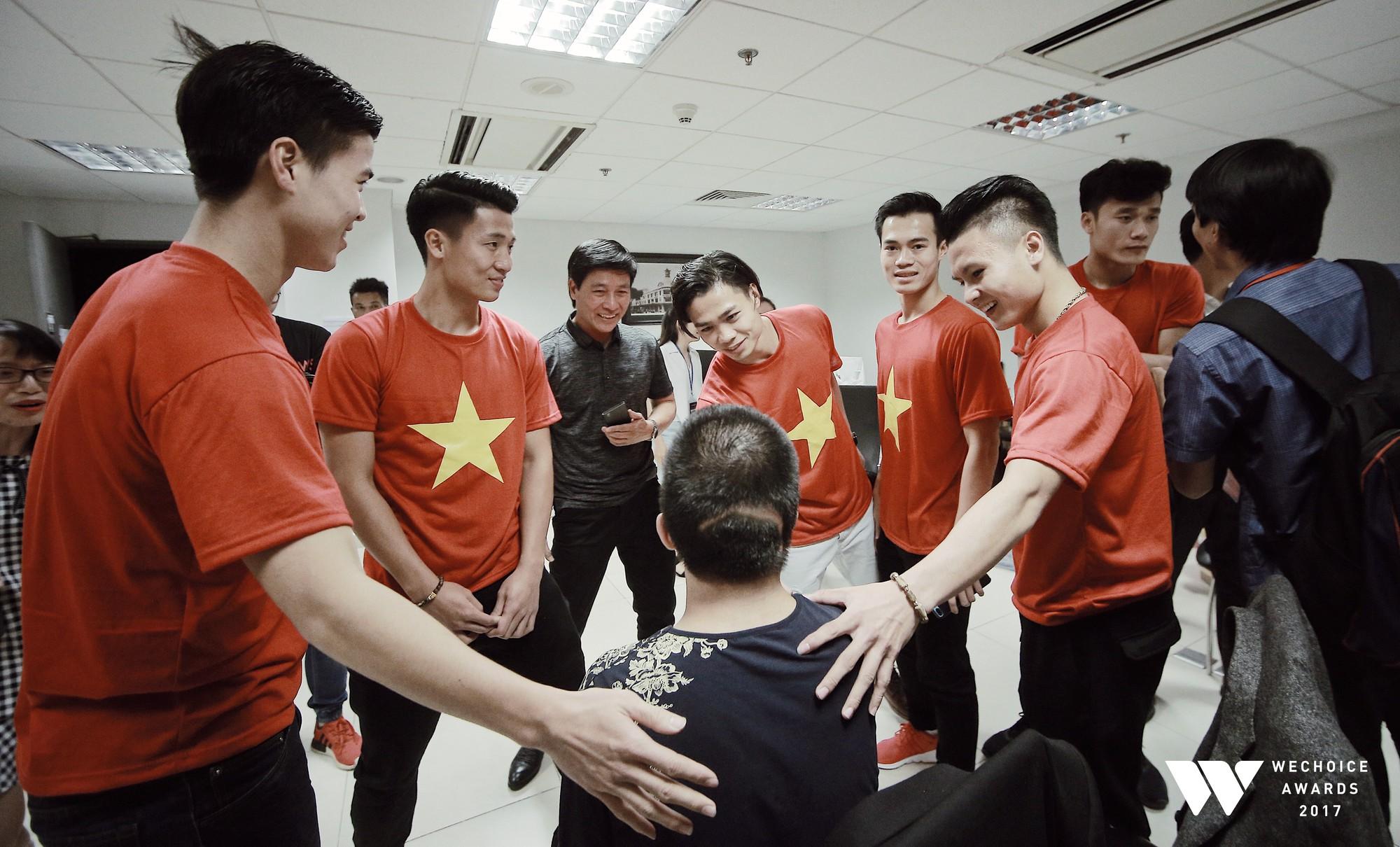 Khoảnh khắc WeChoice Awards: Đẹp nhất là khi Sơn Tùng, bé Bôm và các nghệ sĩ Việt cùng chậm lại trong dòng cảm xúc vỡ òa - Ảnh 3.