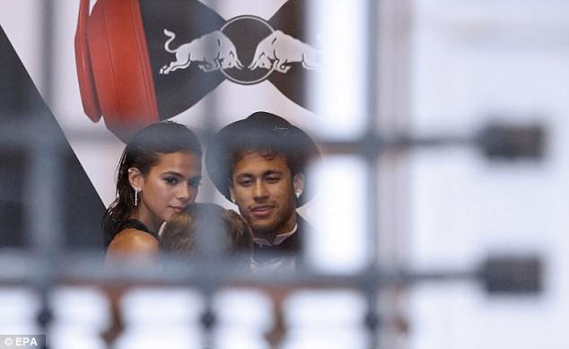 Thủ thành điển trai ôm hôn siêu mẫu Victorias Secret giữa tiệc sinh nhật của Neymar - Ảnh 6.