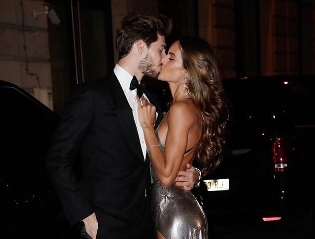 Thủ thành điển trai ôm hôn siêu mẫu Victorias Secret giữa tiệc sinh nhật của Neymar - Ảnh 2.