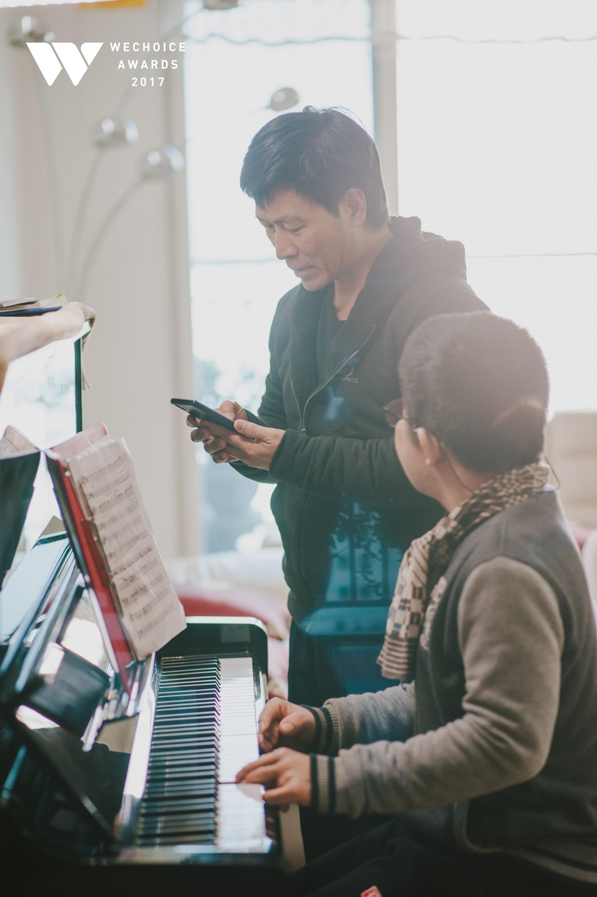 Khoảnh khắc đẹp: Sơn Tùng và bé Bôm hoà chung đam mê qua tiếng đàn, tập luyện cho sân khấu đặc biệt Gala WeChoice Awards 2017 - Ảnh 7.