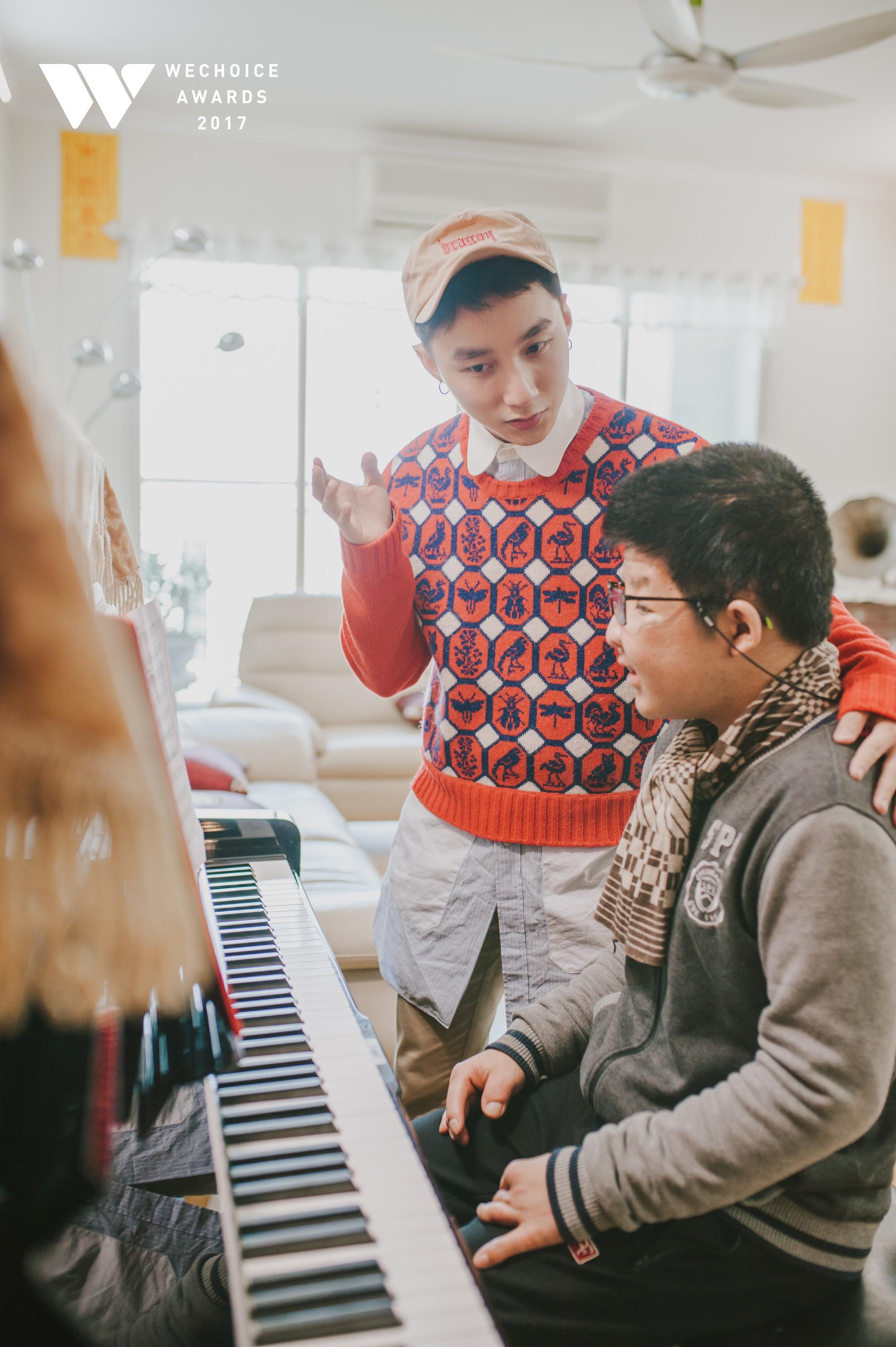 Khoảnh khắc đẹp: Sơn Tùng và bé Bôm hoà chung đam mê qua tiếng đàn, tập luyện cho sân khấu đặc biệt Gala WeChoice Awards 2017 - Ảnh 9.
