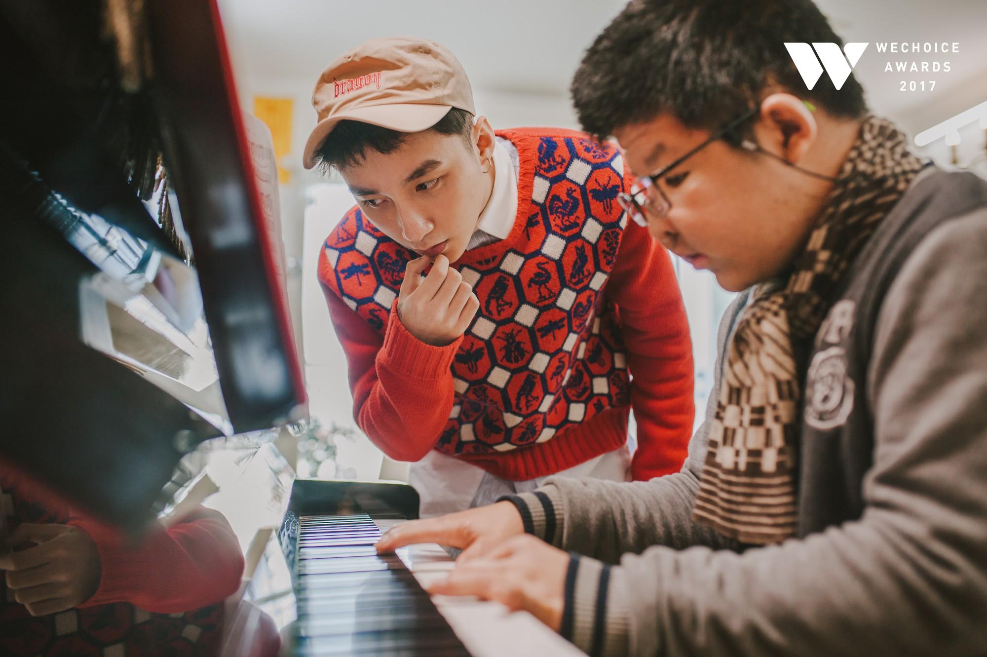Khoảnh khắc đẹp: Sơn Tùng và bé Bôm hoà chung đam mê qua tiếng đàn, tập luyện cho sân khấu đặc biệt Gala WeChoice Awards 2017 - Ảnh 13.