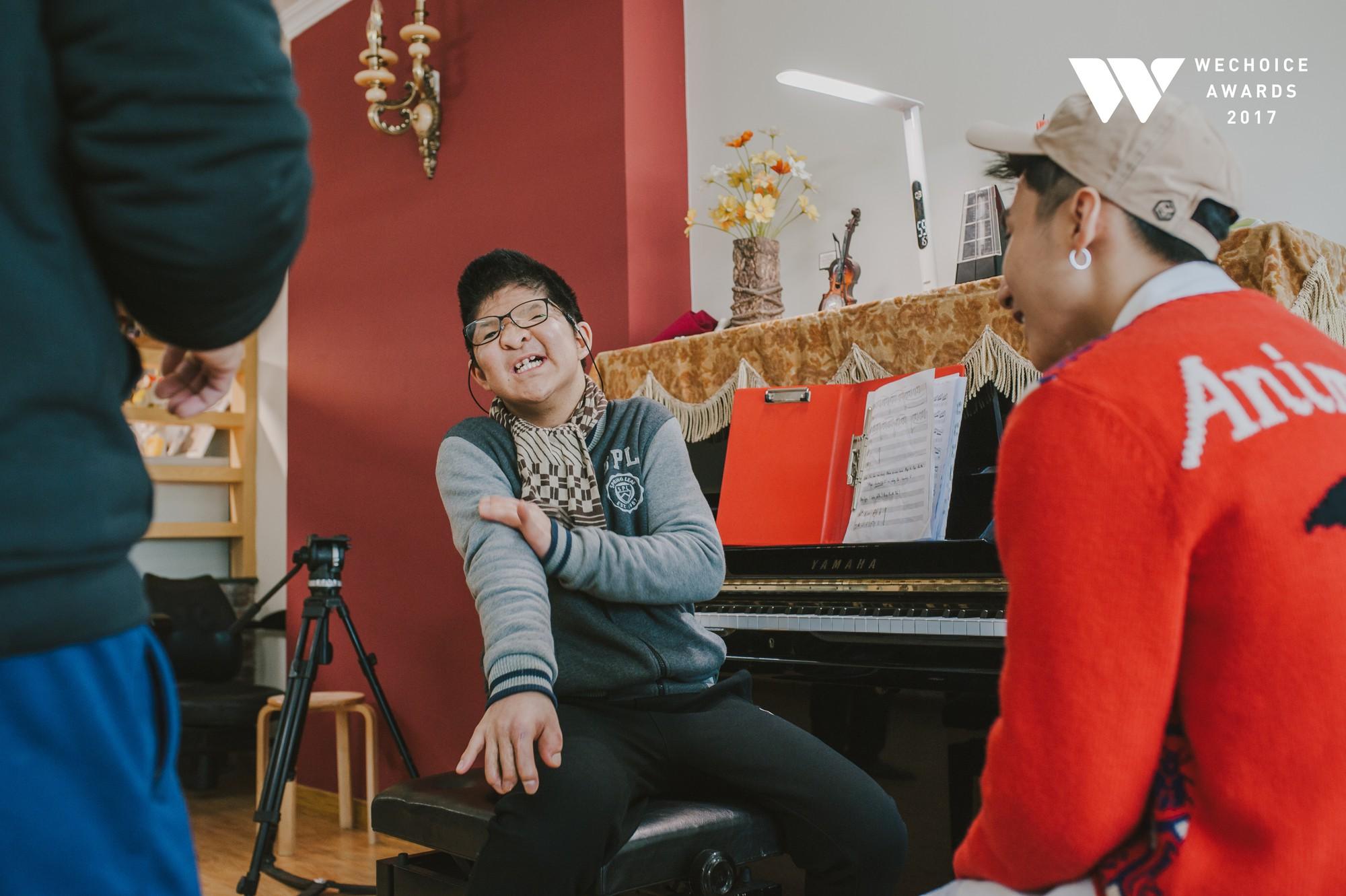 Khoảnh khắc đẹp: Sơn Tùng và bé Bôm hoà chung đam mê qua tiếng đàn, tập luyện cho sân khấu đặc biệt Gala WeChoice Awards 2017 - Ảnh 15.