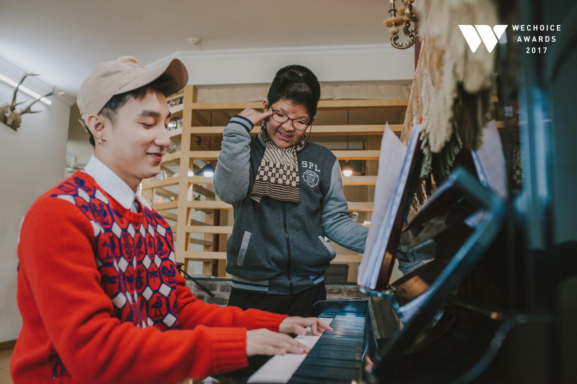 Khoảnh khắc đẹp: Sơn Tùng và bé Bôm hoà chung đam mê qua tiếng đàn, tập luyện cho sân khấu đặc biệt Gala WeChoice Awards 2017 - Ảnh 16.