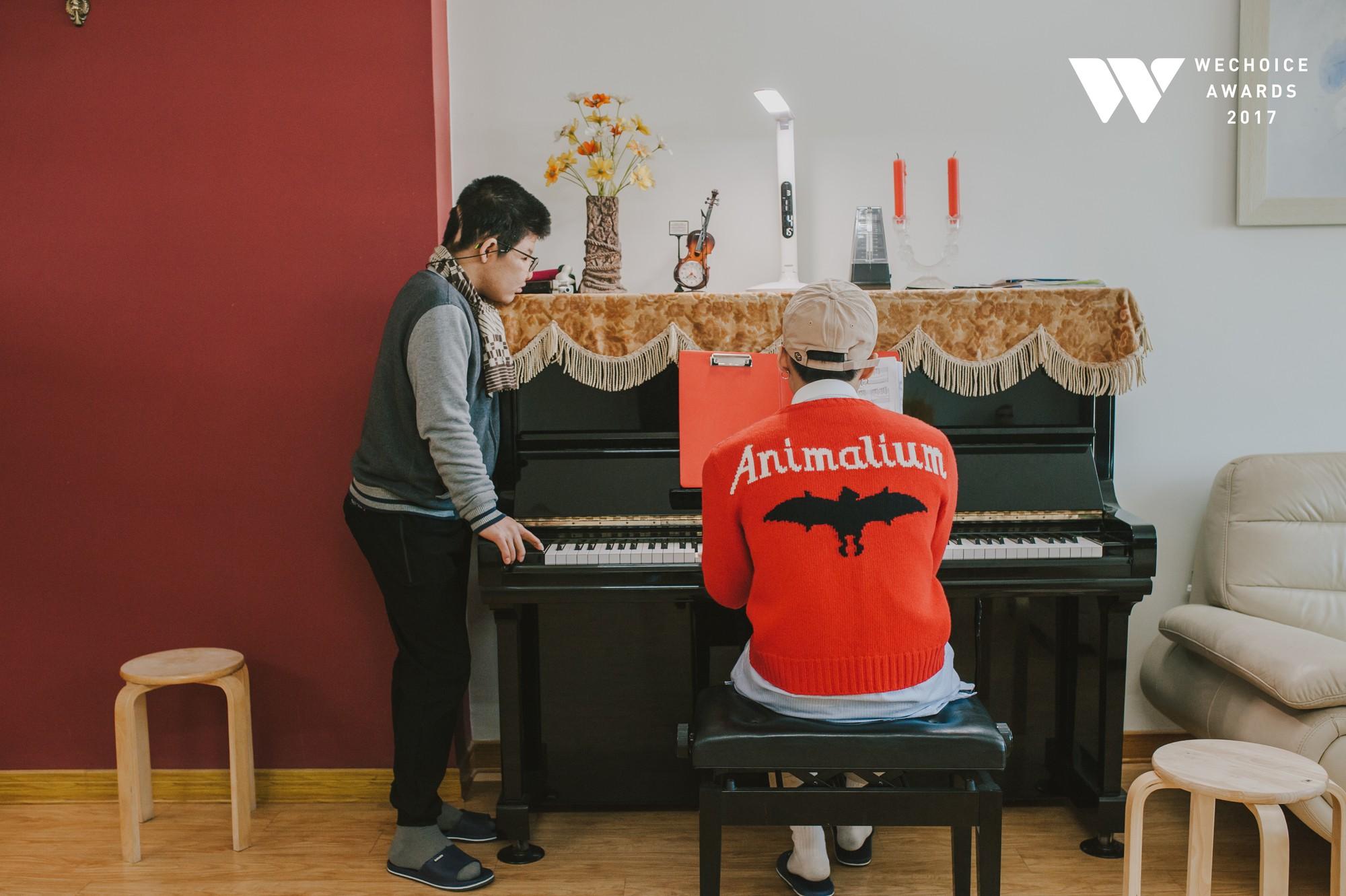 Khoảnh khắc đẹp: Sơn Tùng và bé Bôm hoà chung đam mê qua tiếng đàn, tập luyện cho sân khấu đặc biệt Gala WeChoice Awards 2017 - Ảnh 17.
