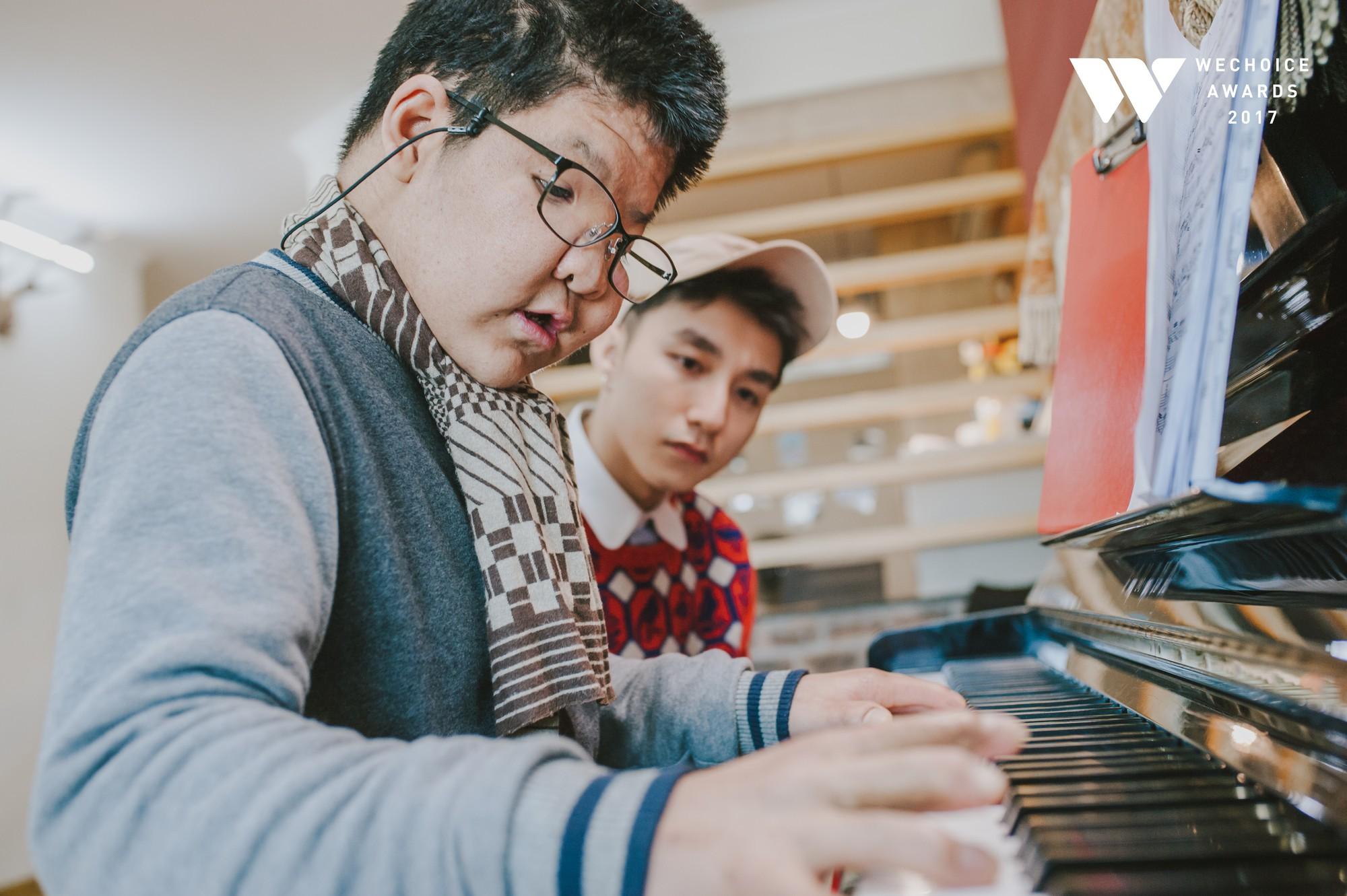 Khoảnh khắc đẹp: Sơn Tùng và bé Bôm hoà chung đam mê qua tiếng đàn, tập luyện cho sân khấu đặc biệt Gala WeChoice Awards 2017 - Ảnh 20.