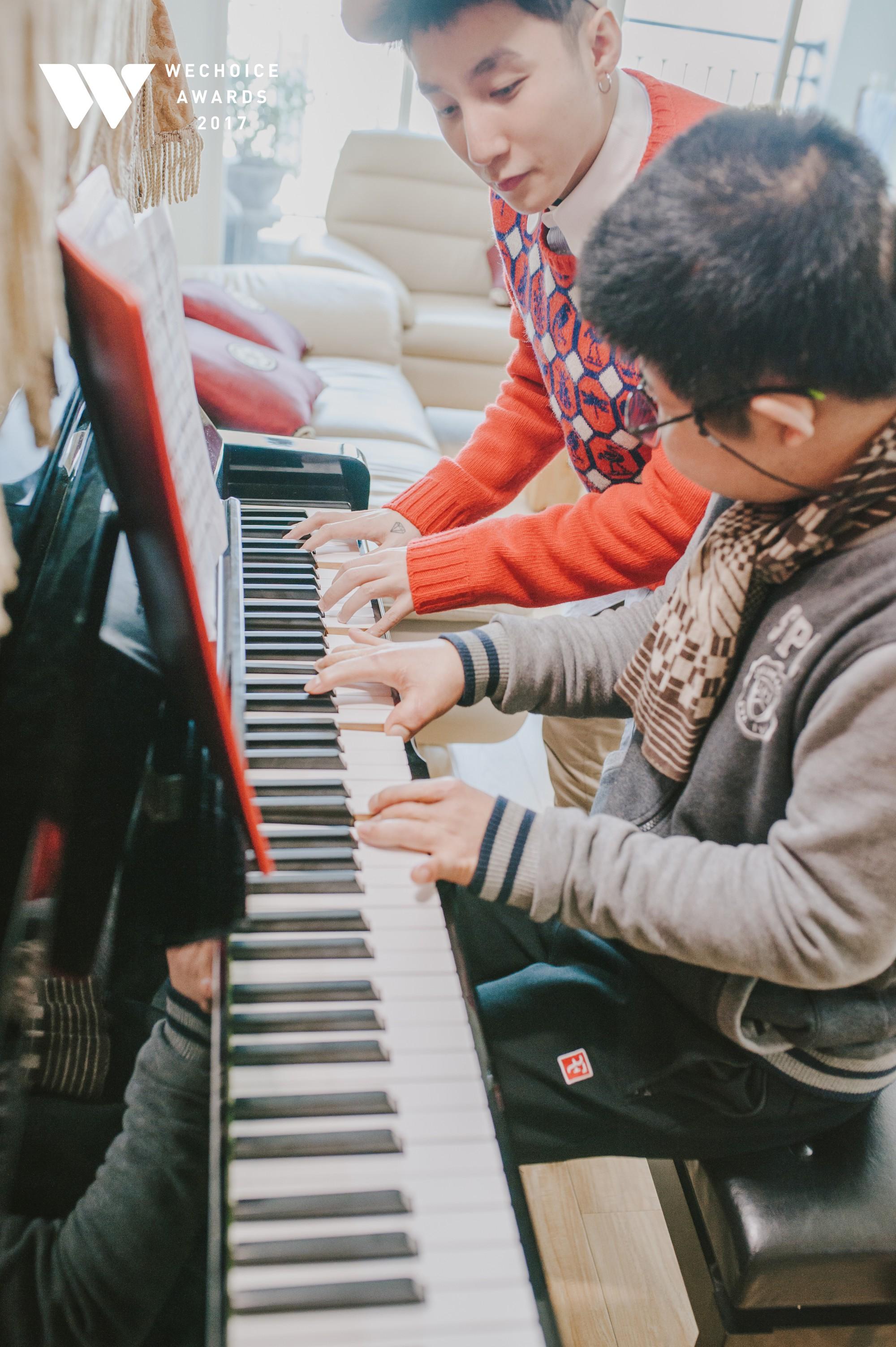 Khoảnh khắc đẹp: Sơn Tùng và bé Bôm hoà chung đam mê qua tiếng đàn, tập luyện cho sân khấu đặc biệt Gala WeChoice Awards 2017 - Ảnh 21.