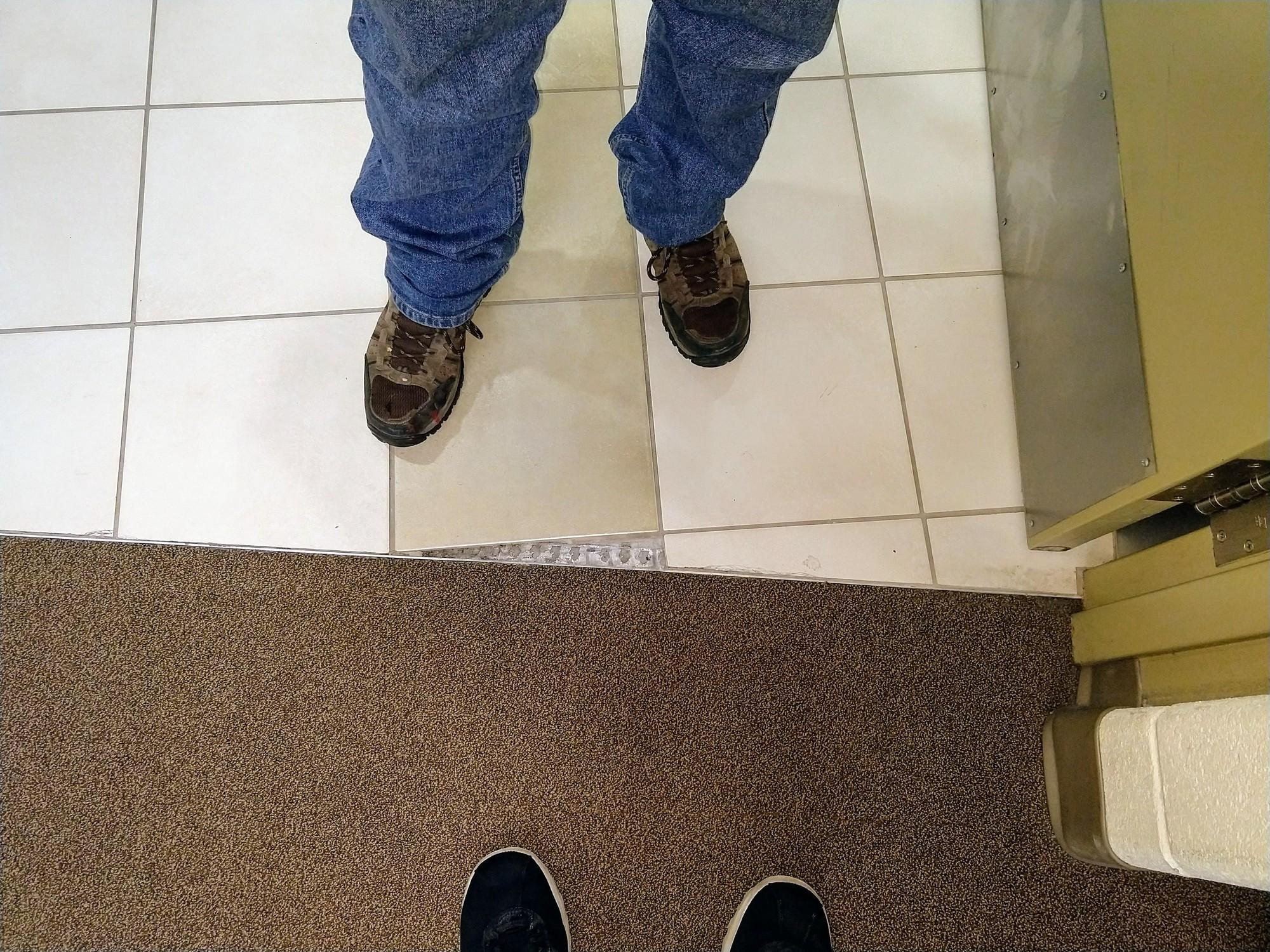 15 sàn nhà bị lát ẩu lệch lạc khiến bạn hóa điên khi nhìn thấy - Ảnh 5.