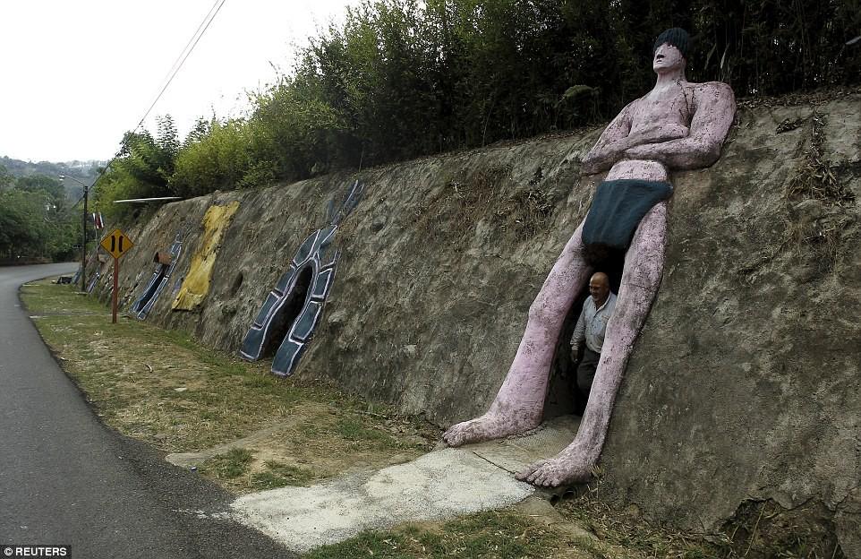 Người đàn ông chán thành phố bỏ về quê đào hang làm nhà, ai cũng chê cười để rồi kinh ngạc khi chui vào cái hang đó - Ảnh 3.