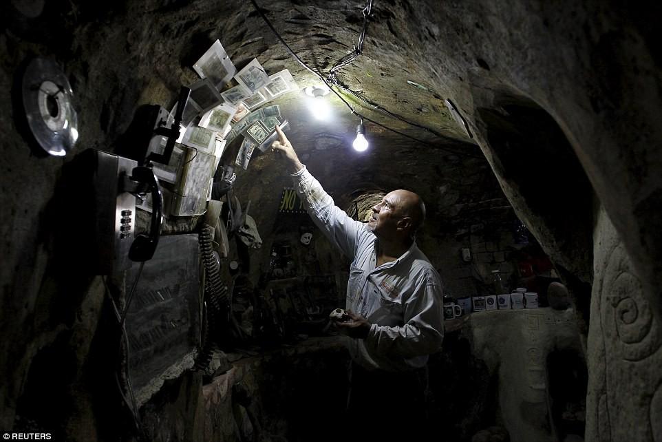 Người đàn ông chán thành phố bỏ về quê đào hang làm nhà, ai cũng chê cười để rồi kinh ngạc khi chui vào cái hang đó - Ảnh 7.