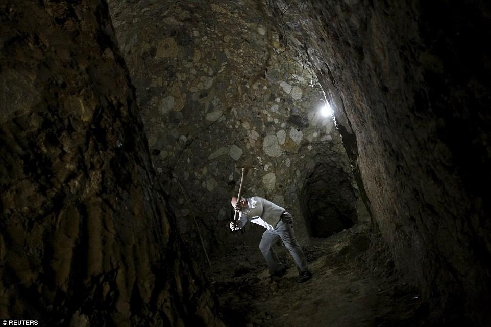 Người đàn ông chán thành phố bỏ về quê đào hang làm nhà, ai cũng chê cười để rồi kinh ngạc khi chui vào cái hang đó - Ảnh 2.
