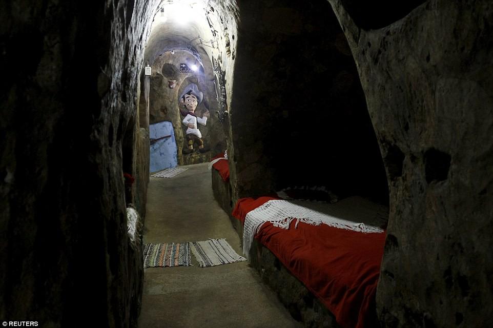 Người đàn ông chán thành phố bỏ về quê đào hang làm nhà, ai cũng chê cười để rồi kinh ngạc khi chui vào cái hang đó - Ảnh 5.