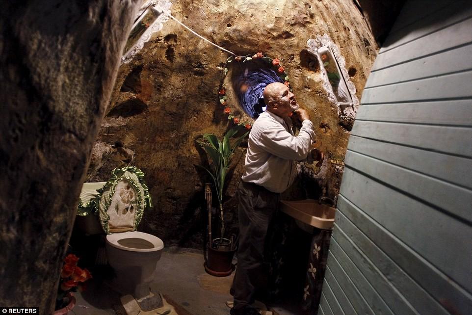 Người đàn ông chán thành phố bỏ về quê đào hang làm nhà, ai cũng chê cười để rồi kinh ngạc khi chui vào cái hang đó - Ảnh 4.